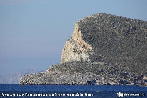 Βράχος Γραμμάτων - άποψη από παραλία Λίας