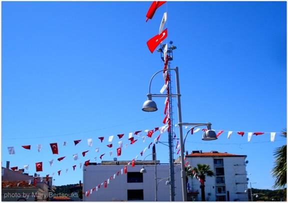 Εικόνα 3: Σε όλα τα δημόσια κτήρια της πόλης, στους δρόμους ακόμα και σε πολλά σπίτια υπάρχουν τουρκικές σημαίες.