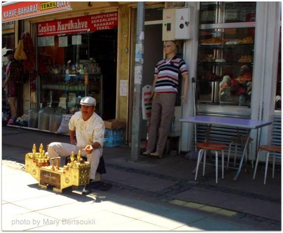 Εικόνα 4: Στους δρόμους της πόλης συναντάς ακόμα λούστρους.  Εικόνες που θυμίζουν την Αθήνα μιας άλλης εποχής.