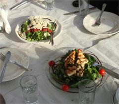 Τραπέζι με σαλάτες