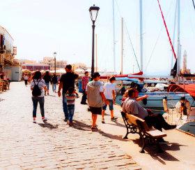 επισκέπτες - τουρίστες σε παραθαλάσσια πόλη